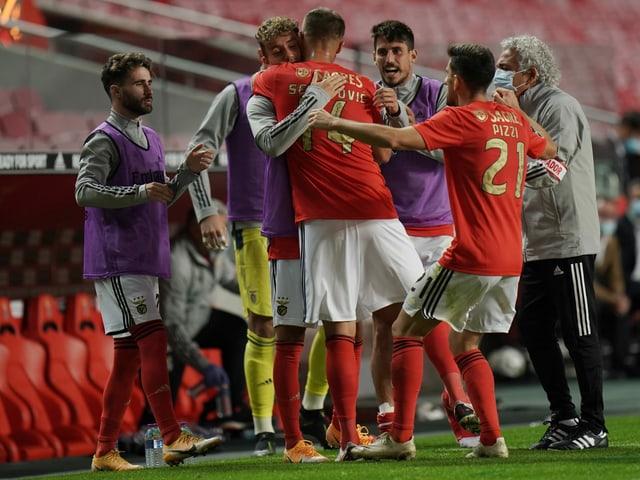 Haris Seferovic umarmt den bereits ausgewechselten Luca Waldschmidt nach einem Tor.