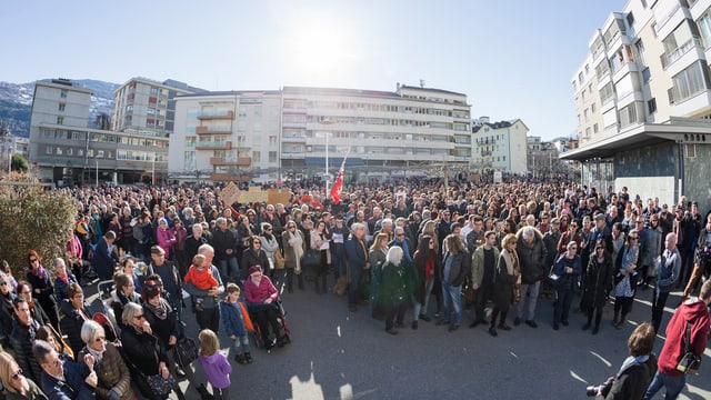 Menschenmenge mit Walliser Flaggen