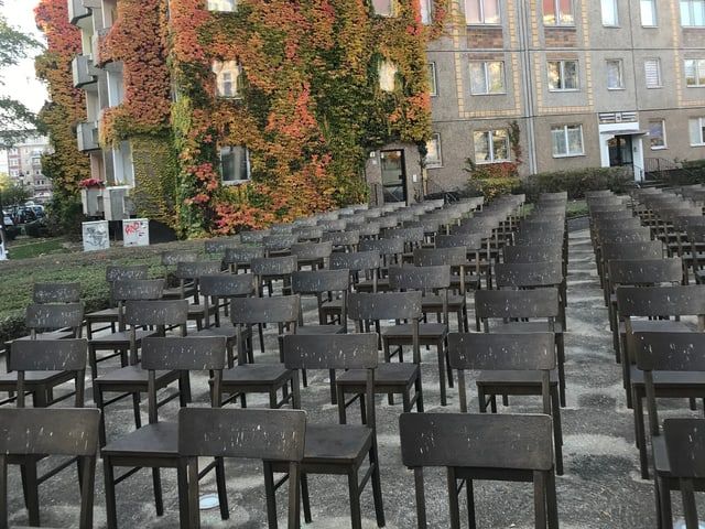 Bronzene Stuhlreihen