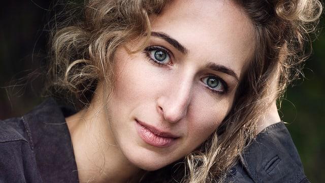 Eine blonde Frau in Denkerpose: die deutsche Komponistin Sarah Nemtsov
