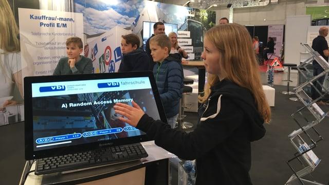 Kinder am Stand der VBL vor einem Computer