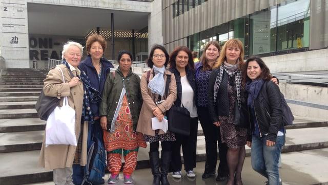 6 Sozialarbeiterinnen und 2 Begleiterinnen auf der Treppe der ZHDK