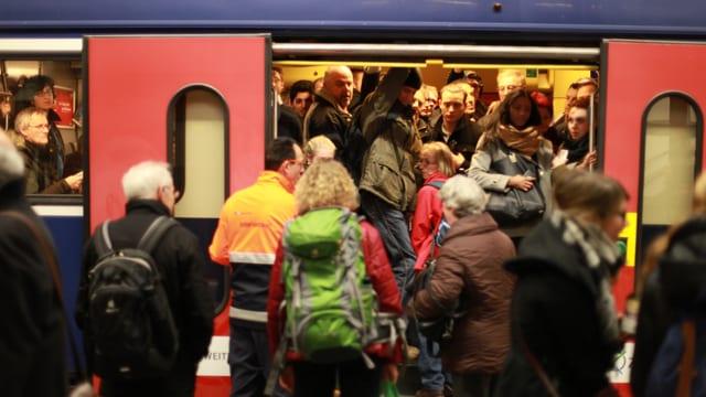 Zu sehen ist eine überfüllte S-Bahn.