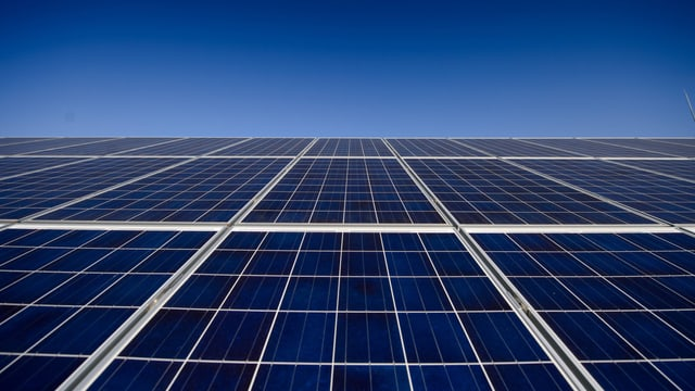 Symbolbild: Solarpanels, dahinter blauber Himmel.