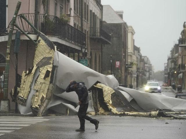 In New Orleans versperrt ein heruntergefallenes Dach eine Kreuzung.