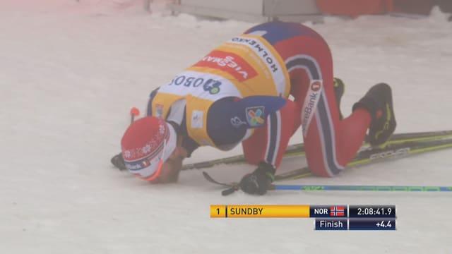 Martin Johnsrud Sundby küsst im Ziel den Schnee.