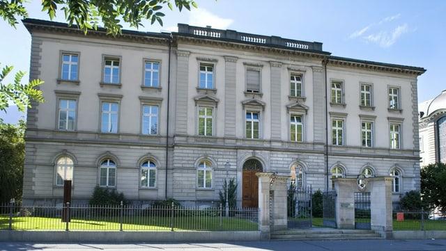 Pil mument è qua en la Grabenstrasse a Cuira anc l'uffizi per construcziun bassa.