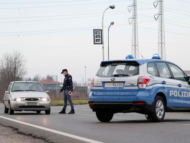Um policial e um carro.