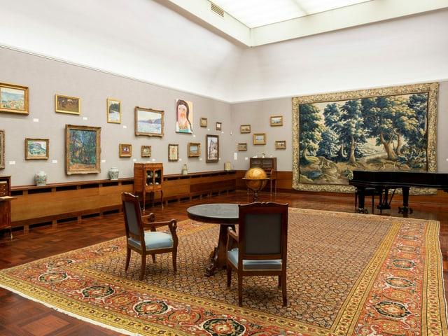 Blick in den Raum eines Museums mit Bildern an den Wänden