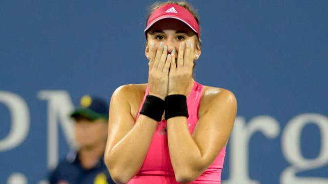 Belinda Bencic schlägt nach ihrem Sieg gegen Jelena Jankovic die Hönder vor dem Gesicht zusammen.