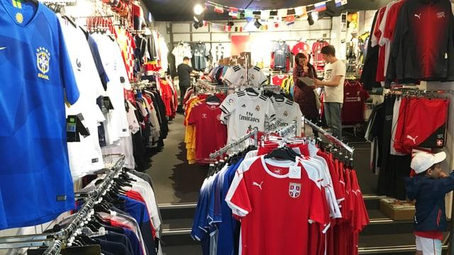 Blick in das Ladenlokal, wo sich Fussballtrikots Stange an Stange aufreihen.