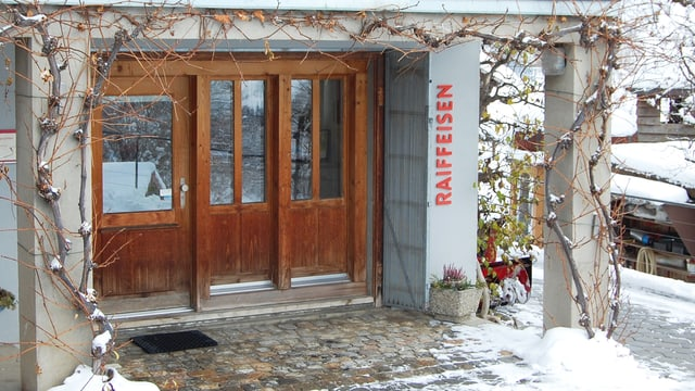 Eingang mit Holztüren