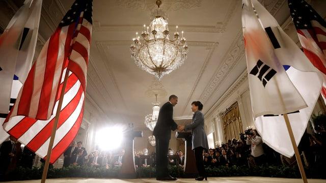 US-Präsident Barack Obama und Südkoreas Präsidentin Geun-Hye Park schütteln sich die Hände.