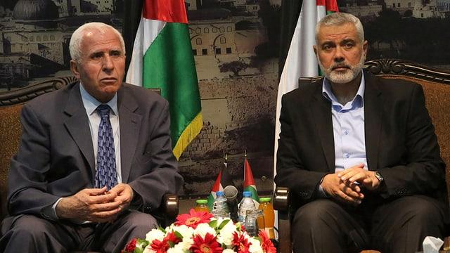 Die Gesandten von Hamas und Fatah im Anzug bei der Medienkonferenz.