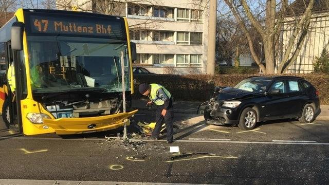 Beschädigter Bus und Auto
