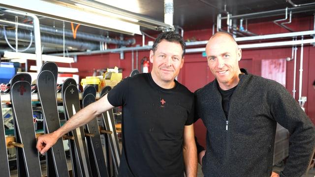 L'inventader Simon Jacomet (san.) ed il CEO Benedikt Germanier l'onn 2014 en la manufactura a Mustér.