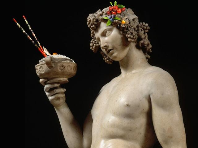 Marmorstatue mit Beeren in den Haaren