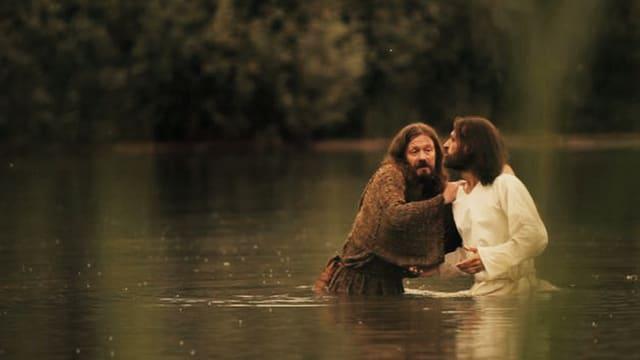 Zwei Männer stehen im See
