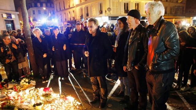 U2 legen Blumen für die Opfer von Paris nieder.