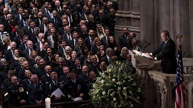 Bush jun. spricht in der Kathedrale.