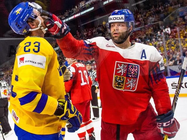 Radko Gudas (rechts) schlägt einen Schweden ins Gesicht
