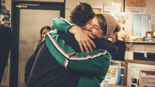 Anic und Nik umarmen sich