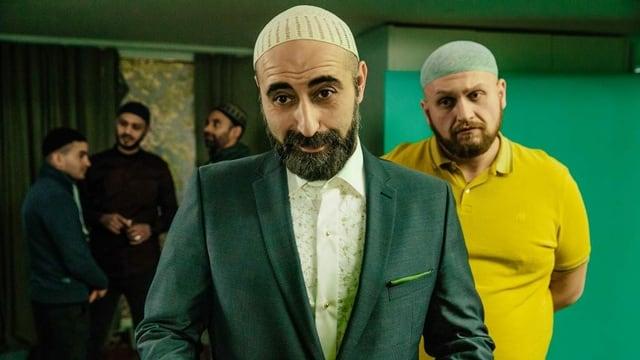 Özgür Karadeniz als Hodscha Hadschi Hamid und Dardan Sadik als Friseur im SRF Schweizer Film «Amen Saleikum – Fröhliche Weihnachten»