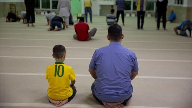 Fugitivs sirians èn sa radunads per urar en ina moschea a Sao Paulo.