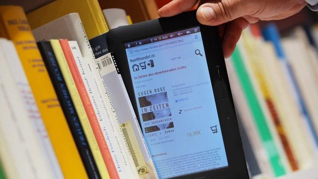 Ein E-Book Reader in einem Bücherregal.