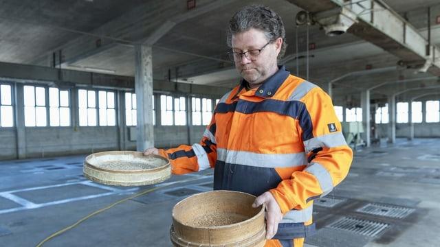 Silo-Meister Marco Sidler bei der Qualitaetskontrolle im Silo 2 der Firma Rhenus Logistics mit dem Pflichtlager für Getreide in Basel.