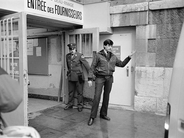 Beamte vor dem Genfer Hotel Beau-Rivage