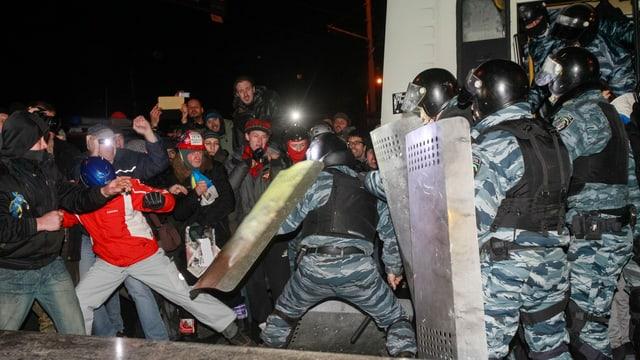 Demonstranten und Polizisten gehen aufeinander los.
