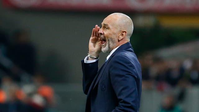 Stefano Pioli schreit ins Spielfeld herein.