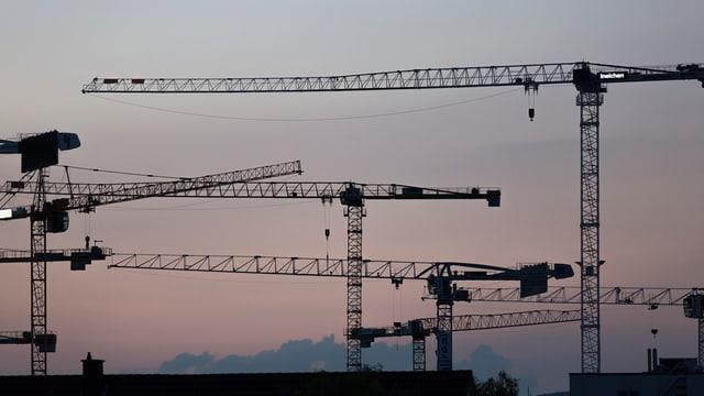 Baukranen über Stadt