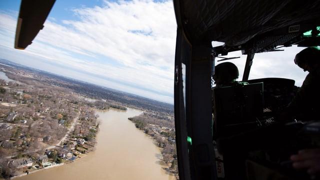 Helikopter über Hochwassergebiet