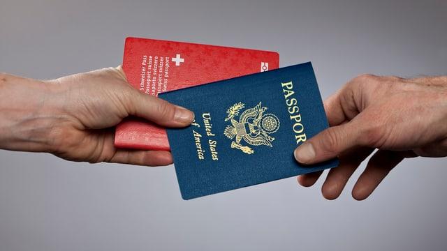 Eine Hand reicht einer anderen zwei Pässe: Den Schweizer und den US-Pass.