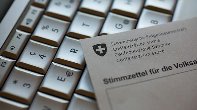Computertastatur und Abstimmungsformular