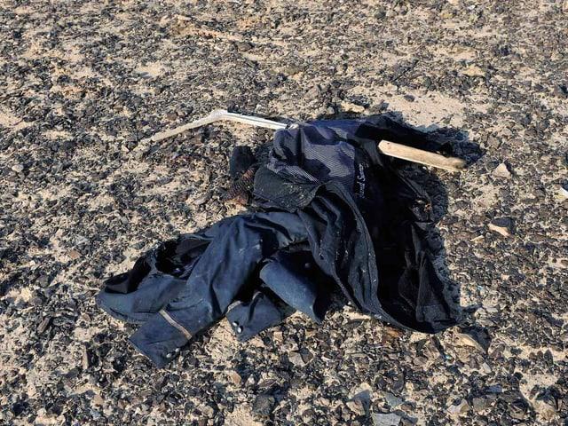 Ein Kleidungsstück liegt auf dem Boden.
