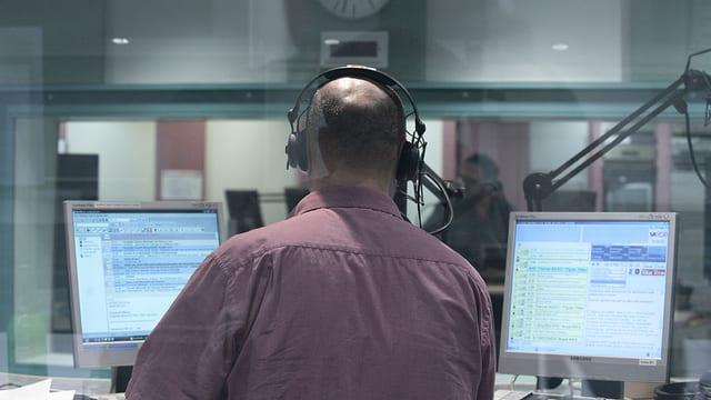 Moderator im Radiostudio