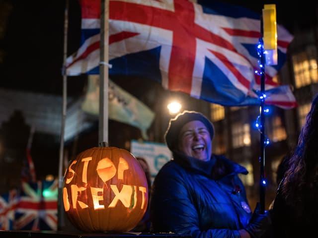 """Frau mit Kürbis, in den """"Stop Brexit"""" eingeschnitzt ist"""