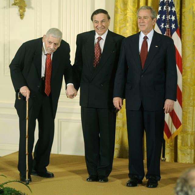 Die Sherman Brüder und Präsident Bush posieren gemeinsam für die Kamera