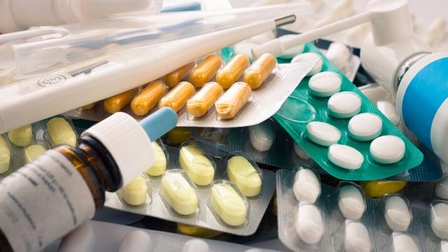 Wilder Haufen mit Tablettenpackungen und Sprays