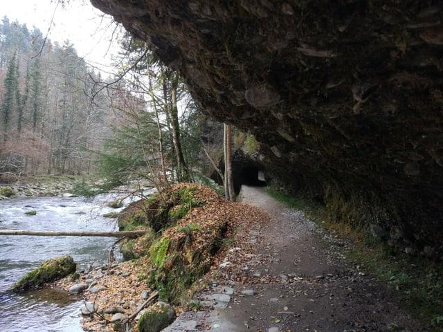 Weg unter Felsen duch