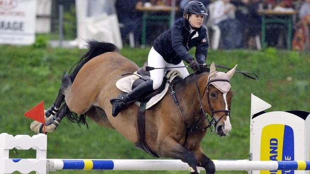 Die Reiterin trauert um ihr Pferd.