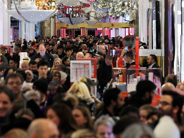 Tausende Passanten schlendern durch die Läden von Manhattan.