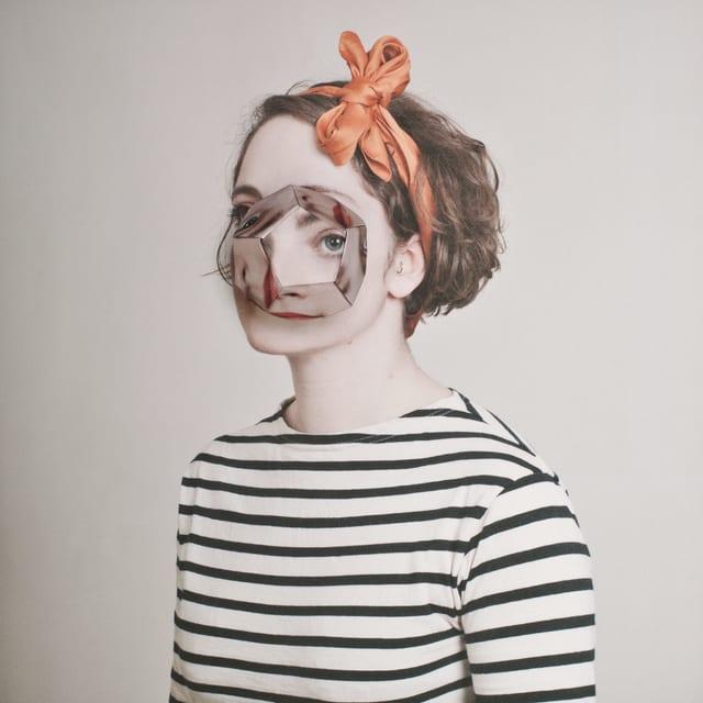 Porträtfoto einer jungen Frau. Das Gesicht ist verfremdet.