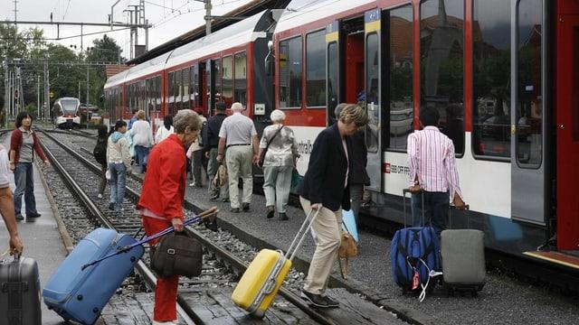 Passagiere besteigen einen Zug