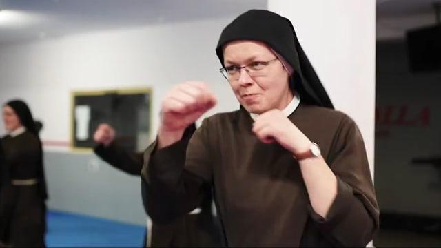 Eine Nonne, die boxt.