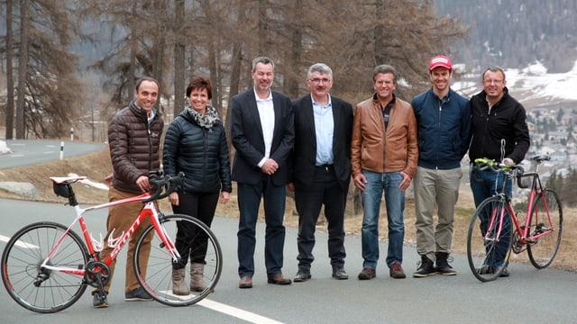 Il contract è sut tetg: Fabian Schorta (coordinatur Zernez), Seraina Bickel (suprastanta Zernez), Olivier Senn (directur TdS), Emil Müller (president Zernez), Urs Niederegger (president Club 92 Engiadina), Sandro Viletta (champiun olimpic La Punt) Ralph Böse (La Punt vacanzas)