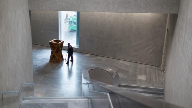 Ein Mann putzt ein Museum